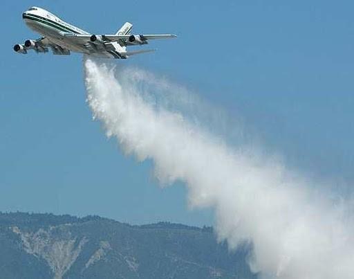 Самолет сбрасывает иодид серебра