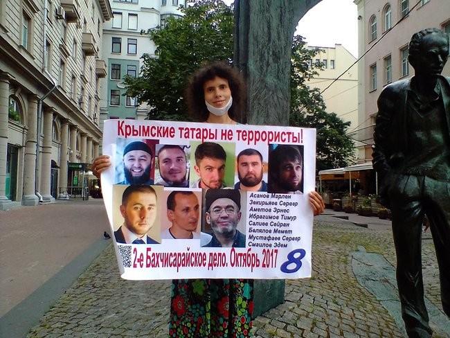 Фото: В Москве российские активисты вышли на защиту крымских татар 03