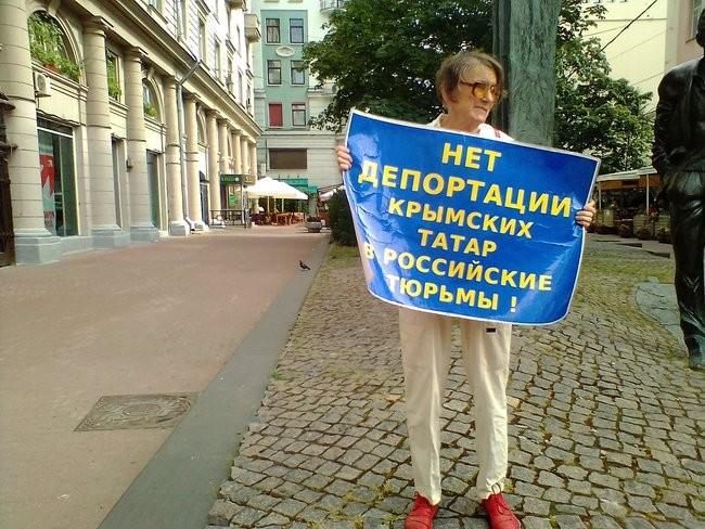 Фото: В Москве российские активисты вышли на защиту крымских татар 01