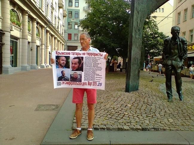 Фото: В Москве российские активисты вышли на защиту крымских татар 02