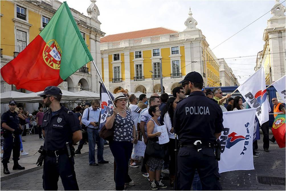 Протестующие в Португалии