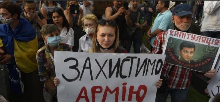 Фото: Солдат обратился к митингующим против мира на востоке страны